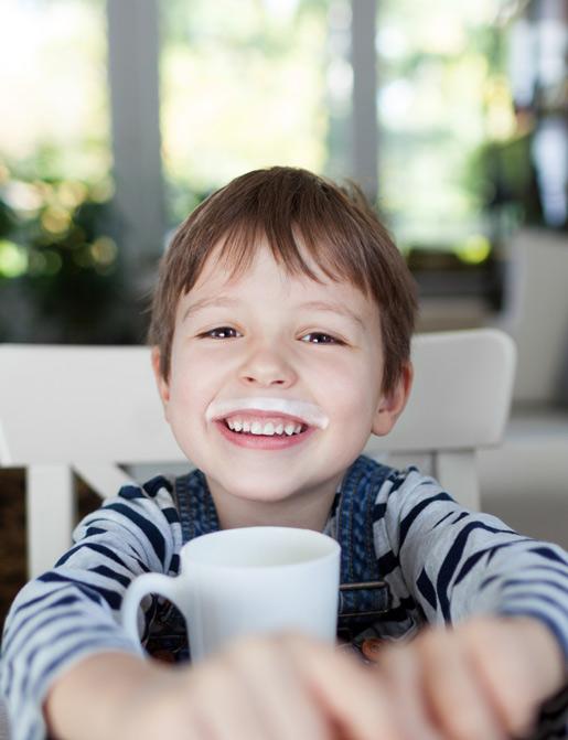bambino beve latte